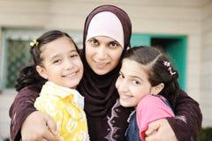 Moslim Arabische moeder met twee dochters Stock Fotografie