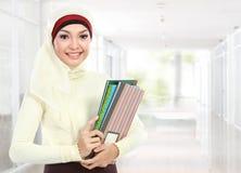 Moslim Aziatische student bij campus Royalty-vrije Stock Foto's
