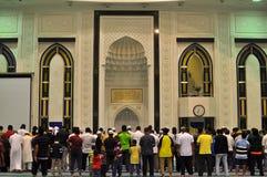 Moslim bidt voor maghrib (dageraad) gebeden in moskee Royalty-vrije Stock Afbeeldingen