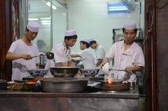 Moslim Chinese kokende mensen Stock Afbeeldingen