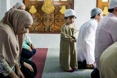 Moslim die bij de moskee bidden stock afbeeldingen