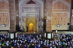 Moslim die in een moskee bidt Royalty-vrije Stock Afbeeldingen