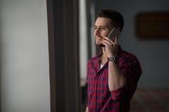Moslim die op telefoon spreken royalty-vrije stock fotografie