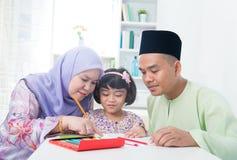 Moslim familie Stock Afbeeldingen