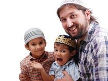 Moslim familievader en twee jongens Stock Foto