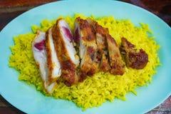 Moslim gele rijst met geroosterde kip royalty-vrije stock foto's