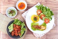 Moslim gele rijst met kip en met kerrie gekruid viscroquetje royalty-vrije stock foto's