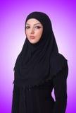 Moslim jonge vrouw die hijab op wit draagt Stock Foto
