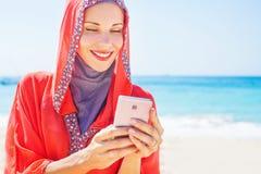 Moslim Kaukasische (Russische) vrouw die rode kleding dragen stock fotografie