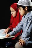Moslim meisje en jongen op zwarte achtergrond royalty-vrije stock fotografie