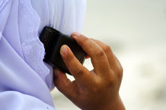 Moslim meisje met cellulaire telefoon stock afbeelding