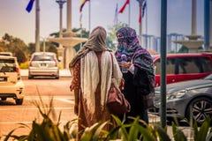 Moslim met islam kostuum na bidt bij Putra-Moskee stock fotografie