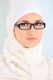 Moslim mooie vrouw binnen Stock Afbeelding