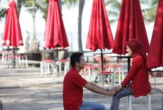 Moslim paar in rood Stock Afbeeldingen