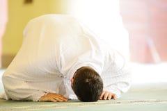 Moslim pelgrims in Miqat royalty-vrije stock afbeeldingen