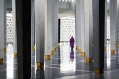Moslim vrouw bij de moskee van Masjid Negara in KL Stock Afbeeldingen