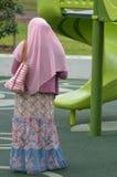 Moslim vrouw die Hijab draagt Stock Afbeeldingen
