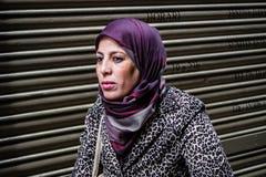Moslim vrouw die Hijab draagt Stock Foto's