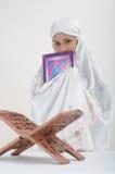 Moslim Vrouwen die Koran lezen Stock Afbeelding