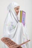 Moslim Vrouwen die Koran lezen Royalty-vrije Stock Foto's