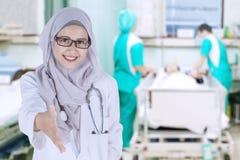 Moslimarts die handdruk in het ziekenhuis aanbieden royalty-vrije stock foto