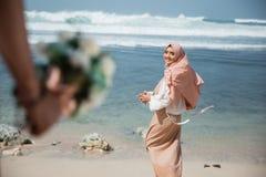 Moslimdievrouw van het krijgen van een bloem wordt verrast royalty-vrije stock fotografie