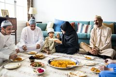 Moslimfamilie die diner op de vloer hebben royalty-vrije stock fotografie
