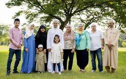 Moslimfamilie die een goede tijd hebben in openlucht stock foto