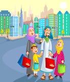 Moslimfamilie die met jong geitje winkelen Stock Afbeelding
