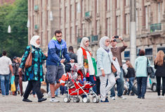 Moslimfamiliegang op het Damvierkant, Amsterdam, Nederland Stock Afbeeldingen