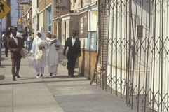 Moslimfamilies die zich op stoep, Zuid- Centraal Los Angeles, Californië bevinden Stock Foto