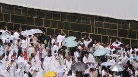 Moslimgelovigen bij de muur van heilige Kaaba in Mekka stock videobeelden