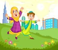 Moslimkinderen die in het park spelen Stock Foto