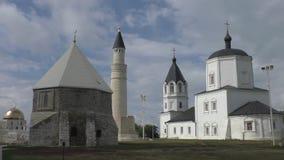 Moslimmausoleum en Orthodoxe kerk, Bulgaars, Rusland stock videobeelden