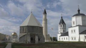 Moslimmausoleum en Orthodoxe kerk, Bulgaars, Rusland stock video