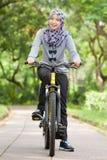 Moslimmeisje op fiets Stock Foto
