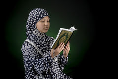 Moslimmeisjeslezing Quran Stock Afbeeldingen