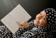 Moslimmeisjeslezing Quran stock foto