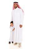 Moslimmensen bevindende zoon royalty-vrije stock afbeelding