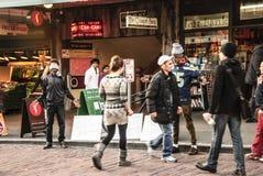 2 moslimmensen bij Snoekenmarkt die Vrije Omhelzingen geven Royalty-vrije Stock Foto