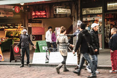 2 moslimmensen bij Snoekenmarkt die Vrije Omhelzingen geven Stock Afbeelding