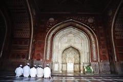 Moslimmensen die in de moskee, Taj Mahal, Agra, Uttar Pradesh bidden Royalty-vrije Stock Afbeeldingen