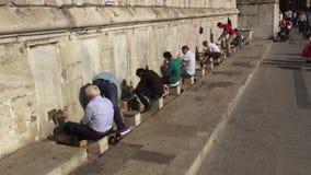 Moslimmensenwudu voor bidt voor de moskee stock footage