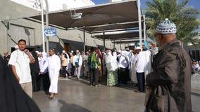 Moslimpelgrims bij de ingang van Quba-moskee in Medina, stock footage
