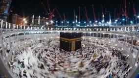 Moslimpelgrims bij de ingang van Quba-moskee in Medina, Gezoem in timelapse van Moslimpelgrims circumambulate Kaaba in Mekka, S stock footage