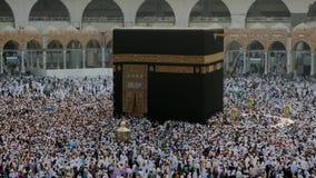 Moslimpelgrims die de Kaabah-teller met de wijzers van de klok mee circumambulating stock videobeelden