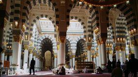 Moslims lezen Quran en bidden binnenmasjid Nabawi stock footage