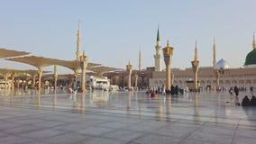 Moslims lopen bij de samenstelling van Masjid Al Nabawi in Al Madinah, Saudi-Arabië stock footage