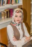 Moslimstudent in bibliotheek stock foto