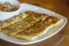 Moslimvoedsel Martabak of murtabak (Gevulde pannekoek) Stock Foto's